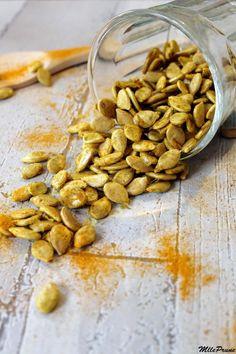 *Préparation : 15 min *Cuisson : 3 h au déshydrateur à 42°C ou 15 min au four à 150 °C *Conservation : plusieurs semaines dans une boîte hermétique Ingrédients : 150 g de graines de potimarron 3 cà…