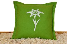 Handbefüllt mit besten ZirbenFlocken aus Kärnten. Der Bezug besteht aus hochwertigem Leinenstoff. Throw Pillows, Linen Fabric, Timber Wood, Toss Pillows, Cushions, Decorative Pillows, Decor Pillows, Scatter Cushions