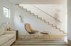These modern stairs have a rope safety barrier along one side of the stairs and a metal railing on the other side, making sure that these white and wood stairs are safe and chic at all times. Indoor Stair Railing, Steel Stair Railing, Rope Railing, Stair Railing Design, Steel Stairs, Staircase Railings, Wood Stairs, Stair Case Railing Ideas, Banister Ideas