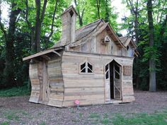 Amazing Pallet Cabin in The Woods Pallet Sheds, Pallet Cabins, Pallet Huts Pallet Playhouses Pallet Playhouse, Pallet Shed, Pallet Crates, Pallet House, Wood Shed, Old Pallets, Wooden Pallets, Pallet Kids, Pallet Art