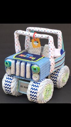 Looking for a unique baby gift NO ONE else will be giving? This diaper jeep is PERFECT for your next baby shower gift! Whether youre looking for a mom to be gift, or an awesome diaper centerpiece, this diaper cake is sure to be a crowd pleaser! Regalo Baby Shower, Fiesta Baby Shower, Baby Shower Niño, Shower Bebe, Baby Shower Diapers, Baby Shower Parties, Luvs Diapers, Baby Shower Gifts For Boys, Baby Showers