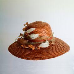 Inspirado en #ElinorDashwood en #SentidoySensiblidad, si tienes una boda campestre, nada mejor que este sombrero de paja adornado con plumas y flores #sombrerosdeboda #lookdeinvitada #hechoenEspaña #sombreros #tendenciasdeboda #hat #strawhat #weddinglook #handmade