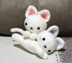 Personalize como preferir, tem gatinho pra todo gosto!  Tamanho aproximado 13 cm.    Olhos dos pretos com trava de segurança, dos branquinhos não é recomendado para menores de 3 anos. Cute Crochet, Knit Crochet, Cat Pattern, Crochet Animals, Sewing Techniques, Hello Kitty, Crochet Patterns, Arts And Crafts, Knitting