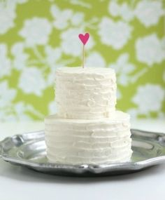 love the simplicity of the cake with the background that pops.  cute.