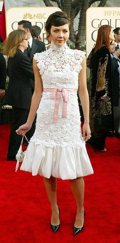 In 2003 Maggie GyllenhaalI wore this soft and pretty retro high-necked crochet dress for the Golden Globes Off White Dresses, Casual Dresses, Fashion Dresses, White Fashion, Love Fashion, Work Party Dress, Grace And Lace, Pink Outfits, Red Carpet Looks