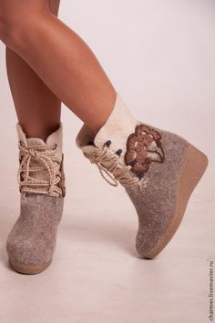 Felt Boots, Wool Shoes, Felt Pictures, Felted Slippers, How To Make Shoes, Wool Felt, Shoe Boots, Women Accessories, Fancy