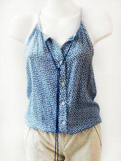Rojo Apparel, Blusa miniprint blue, Blusa rayón de tirantes con botones al frente. Estampado miniprint azul
