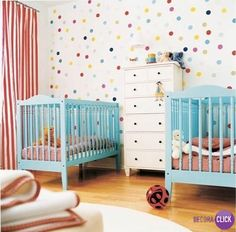 Hoje é dia de QUARTOS!  Uma bela dica de decoração para o quarto dos gêmeos, o papel de parede super divertido é um charme à parte. Repare nas cortinas com listras, uma graça!  #vintage #quartodosgemes #babys #babyboy #DecoraClick #papeldeparede #blue #design #diversao   Projeto: Camila Bueno Interiores