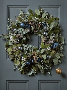 Last Trending Get all images modern christmas decorations sale Viral aw x freshwreath Christmas Decorations Sale, Modern Christmas Decor, Christmas Door Wreaths, Christmas Mood, Blue Christmas, Holiday Wreaths, Christmas Crafts, Christmas Trees, Fireplace Garland