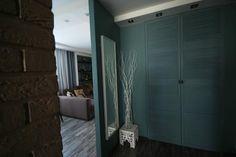 Интерьер гостиной в темных тонах, шкаф своими руками