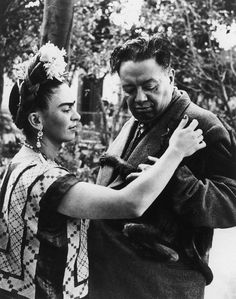 Frida Kahlo and Diego Rivera: 8 Photos of Their Colorful Love Story - Biography Rivera and Kahlo steal a tender moment with a monkey as it clings to Rivera's jacket. Frida E Diego, Diego Rivera Frida Kahlo, Frida Art, Frida Kahlo Pictures, Frida Kahlo Portraits, Exposition Interactive, Culture Art, Most Famous Artists, Paris Match