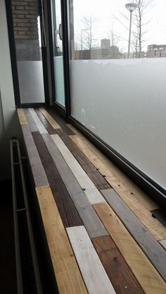 I made a windowsill of repurposed pallets. Under the pallets, I used a shelf of multiplex 10 mm. First, I scoured the shelves. Wood Projects For Beginners, Scrap Wood Projects, Pallet Projects, 1001 Pallets, Recycled Pallets, Funky Painted Furniture, Furniture For You, Window Sill, Repurposed
