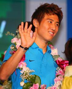 한국 올림픽 축구대표팀 구자철이 12일 오후 인천국제공항에서 열린 해단식 및 기자회견에서 손을 흔들고 있다.