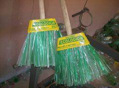 Pet broom Vassoura em Pet Scopa in Pet Recycled Plastic Bags, Recycled Bottles, Recycle Plastic Bottles, Pet 1, Produce Bags, Soda Bottles, Make It Work, Crafty Craft, Reuse