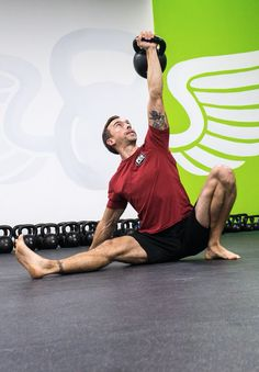Turkish Get Ups mit Kettlebell Mens Fitness, Fitness Tips, Health Fitness, Men Health, Turkish Get Ups, Kettlebell Swings, Training Plan, Workout, Lose Belly Fat