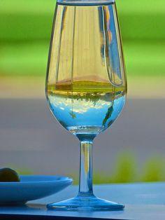 vino blanco y catavino In Vino Veritas, White Wine, Alcoholic Drinks, Glass, Wine, Wine Cellars, Drinkware, Alcoholic Beverages, Corning Glass