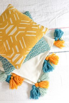 Tassels are having a major moment. Discover 10 easy tassel crafts to bring this playful trend into your home. Diy Throw Pillows, Sewing Pillows, Boho Pillows, Decorative Pillows, Decorative Items, Cushion Embroidery, Cushion Cover Designs, Diy Tassel, Boho Diy
