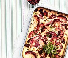 Krydda upp den klassiska ugnspannkakan med lite timjan, rödlök, äpple och rostade nötter. En matig och god vardagsmiddag som serveras med rårörda lingon. Fläsket kan uteslutas för en vegetarisk middag.