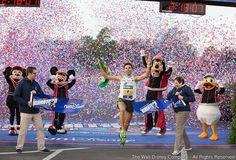 Dois brasileiros se sagraram campeões da maratona da Disney, realizada hoje, 11 de janeiro, em Orlando, nos Estados Unidos. Pela quarta vez, Fredison Costa, 37 anos, foi o homem mais rápido da corrida, seguido pelos também brasileiros João Fonseca e Mateus Trindade. Fredison, que obteve...