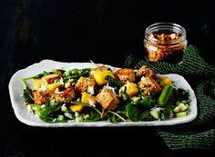 Savun makuinen tofu, paahteinen sipuli ja raikas mango ovat yllättävän koukuttava makutrio.
