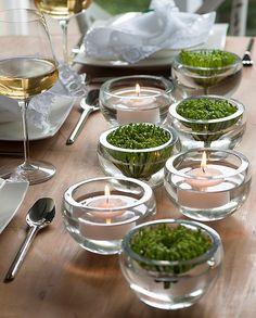 Os mesmos modelos de potes de vidro abrigam velas e plantinhas. Boa composição para uma mesa despojada