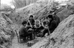 Febrero de 1937. Soldados republicanos comiendo el rancho en una trinchera situada entre los fuegos nacional y republicano, en un lugar no i...