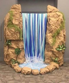 Amazing waterfall decoration for a luau, tropical, or Moana party Vbs Crafts, Diy And Crafts, Crafts For Kids, Waterfall Decoration, School Decorations, Diy Safari Decorations, Moana Decorations, Decoration Crafts, Vacation Bible School