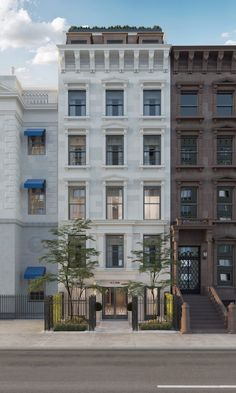 The sandstone-clad townhouse is set up as three separate units that can easily be recombined. Gloria Vanderbilt, Vanderbilt Houses, Limestone Flooring, New York Homes, Luxury Estate, Rooftop Terrace, Large Homes, Rental Property, Flats