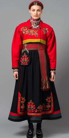 Øst-Telemark Raudtrøyebunad mod fra Skien ☮k☮ Costume Tribal, Folk Costume, Costume Dress, Traditional Fashion, Traditional Dresses, Ethnic Fashion, Look Fashion, Folklore, Costume Ethnique