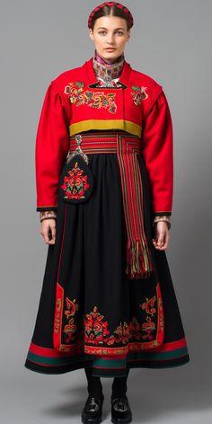 Øst-Telemark Raudtrøyebunad mod fra Skien. / Norwegian folk dress from Skien.