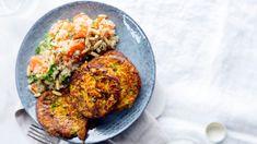 Kasvis-halloumipihvit maistuvat kvinoa-porkkanasalaatin kera. Halloumi, Salmon Burgers, Baked Potato, Tapas, Grains, Rice, Potatoes, Baking, Ethnic Recipes