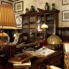 This beautiful Street residence was the former home of the New York Observer. Ann Getty was invited as a rare… Gentlemans Quarters, Library Study Room, Casa Retro, Beautiful Library, Cigar Room, Home Libraries, Man Room, Library Design, Interiores Design