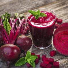 Beetroot-based drinks are a tastier option to consume this healthy vegetable. Beetroot juice is sweet and pungent, and can be fashioned into a number of healthy drinks that you can enjoy during winters. Healthy Detox, Healthy Juices, Healthy Drinks, Healthy Tips, Beetroot Juice Benefits, Juicing Benefits, Health Benefits, Kidney Detox Cleanse, Liver Detox