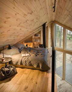 A small house with a wooden design of to spend your weekends (and you can rent it!) - PLANETE DECO a homes world Timber Walls, Sleeping Loft, Wooden Cabins, Cozy Cabin, Cabin Loft, Tiny House Design, Design Homes, Cabin Design, Tiny House Living