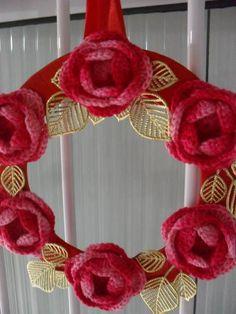 guirlanda natalina, confeccionada a mão com fios duna  e acabamento de fitas de cetim. R$ 35,00