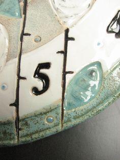 Originální+hodiny+-+zahrada+bílých+růží+Keramické+originální+hodiny+o+průměru+26,5+cm+v+barvách+modozelená+a+bílá+s+detaily+černé.+Růže+a+listy+jsou+otisky+přelité+glazurou.+Středová+část+matná.+Kvalitní+a+tichý+hodinový+strojek+Quartz+na+tužkovou+baterii,+baterie+není+součástí+dodávky.+Na+zadní+straně+je+zavěšení+řešeno+buď+závěsem+v+hodinovém+...