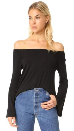 ¡Consigue este tipo de top hombros descubiertos de CHASER ahora! Haz clic para ver los detalles. Envíos gratis a toda España. Chaser Flare Sleeve Off Shoulder Tee: This casual Chaser off-shoulder top is made from super-soft jersey. Covered elastic top hem. Long sleeves with flared cuffs. Fabric: Soft jersey. 97% viscose/3% spandex. Wash cold. Imported, China. Measurements Length: 23in / 58.5cm, from shoulder Measurements from size S (top hombros descubiertos, sin hombros, off shoulders…