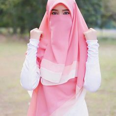Image may contain: one or more people, people standing and outdoor Hijab Style Dress, Hijab Look, Hijab Outfit, Niqab Fashion, Muslim Fashion, Fashion Outfits, Hijabi Girl, Girl Hijab, Beautiful Muslim Women
