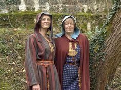 image photo de deux gauloises en costume traditionnel gaulois en laine tissée et teinture végétale, lors de l' organisation et l' Animation ...