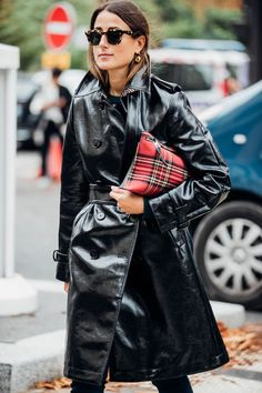 Paris Fashion Week is in full swing. See the best Paris Fashion Week street style from the shows circuit. All the Paris fashion week street style inspiration you need from the shows at PFW. Street Style Trends, Casual Street Style, Street Style 2017, Looks Street Style, Autumn Street Style, Fashion Week Paris, Fashion Weeks, Winter Fashion, Garance