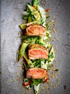 You will find the best recipe for Tataki of salmon at njam!, You will find the best recipe for Tataki of salmon at njam! Raw Food Recipes, Fish Recipes, Asian Recipes, Cooking Recipes, Healthy Recipes, Cooking Pork, Tapas, Sashimi, Food Plating