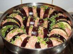 Баклажаны по-турецки - 3 средних баклажана. 1 кг. фарша.  Баклажаны моем,нарезаем кольцами, солим. Через 20 мин.ополаскиваем водой и промокаем…  Готовим соус: Тушим лук, морковь, болгарский перец, банка томатов. Специй: Соль, перец, французская травка, тимьян, орегано, мята