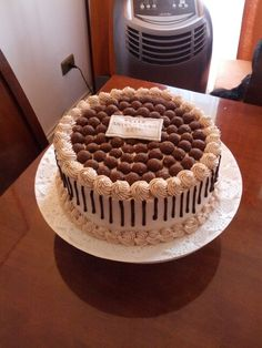 Torta de bizcocho, mousse de nutella, manjar, chocolate y trufas al Ron.
