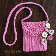 ― Esperanza y Ana Celia Rosasさん( 「Este bolsito está tejido siguiendo el mismo patrón de los monederos pero con más cadenas de inicio. Crochet Coin Purse, Crochet Pouch, Crochet Purses, Crochet Gifts, Crochet Stitches, Crochet Patterns, Love Crochet, Knit Crochet, Crochet Phone Cover