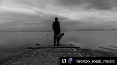 #Repost @lorenzo_rossi_music  Foto di @giordano_enea  Foto mentre si girava il video di Volevo  arruolarmi in marina! Dopo l'ennesima volta che sbagliavo le parole del testo abbiamo deciso di fare qualche foto sconsolata ! #jimdandy #lago #trasimeno #trasimenolake #volevo  arruolarmi in marina #cantautore #italy #lorenzorossimusic #guitar #song #songwriter #music #musica #umbria #folk #