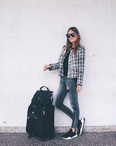 "961 Me gusta, 9 comentarios - S I S T E R L Y   S T Y L E (@sisterlystyle) en Instagram: ""Travel In Style. Always C O M F Y but with a C H I C twist. // ¿Viajar con Estilo? Siempre. Nos…"""
