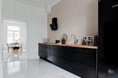 Selkeälinjainen musta keittiö ja puuterisen värinen seinä ovat kaunis yhdistelmä. Dark Kitchen Cabinets, Kitchen Dining, Dining Room, Black Kitchens, Modern Kitchens, Interior Design Kitchen, Sweet Home, New Homes, House Styles