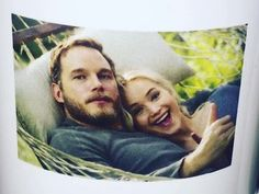 Passengers! In yesterday, Jennifer and Chris Pratt finished filming the last scenes of passengers, the new science fiction film directed by Morten Tyldum (The Imitation Game - Enigma Code), to be released in December this year. We share this photo of Jenn and Chris on the last day of shooting, an image published by the director declaring the end of filming, and other Jenn on set, beautiful without makeup.
