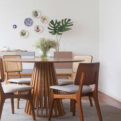 Sala de jantar iluminada, funcional e com muitos detalhes em madeira... ah, e olhem os pratos de parede ali dando um toque final! ♥ #todacasatemumahistoria #saladejantar #pratosdeparede #decoração