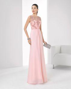 Vestido de chiffon com brilhantes e transparência. Disponível em verde-azulado, azul-cobalto, prateado e cor-de-rosa.